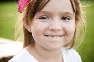 У ребенка не выпадает молочный зуб: нужна ли консультация стоматолога. Молочные зубы выпали а новые не растут — надо ли бить тревогу