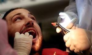 Дырка между зубом и десной